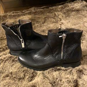 Earthier black boot new with zipper